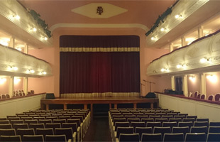 Patio de butacas y escenario teatro Sarabia Carrión de los Condes