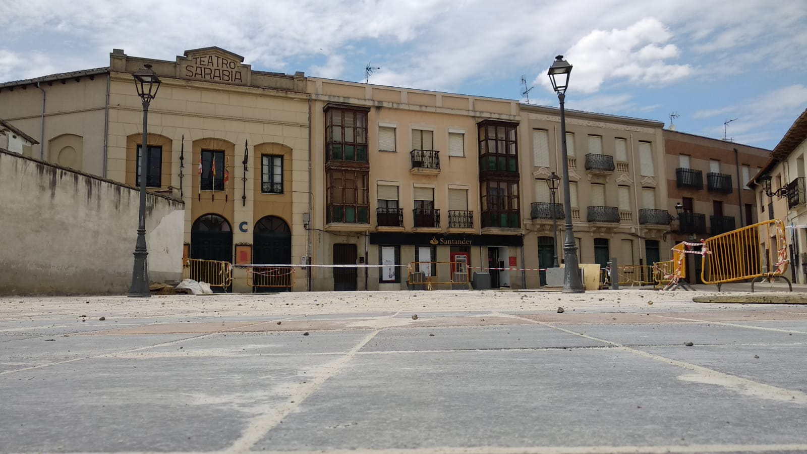 El suelo utilizado en la reforma de la plaza de Marques de Santillana eliminará la contaminación que producen unos 200 coches al año.