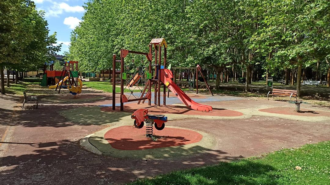 se permite la utilización de las zonas de juegos infantiles del parque de El Plantio y de La Campa.